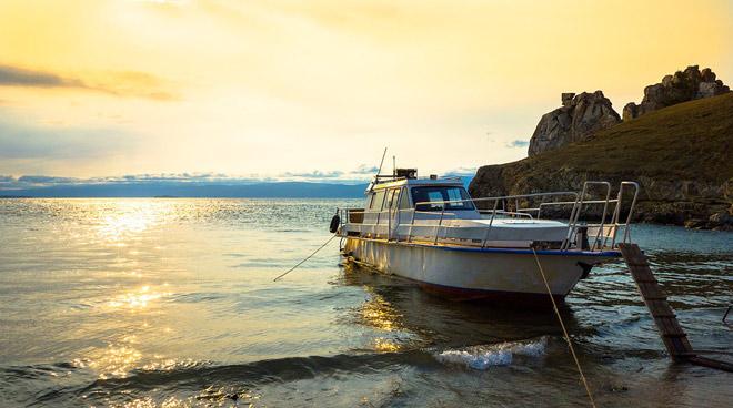 Катер, озеро Байкал, берег