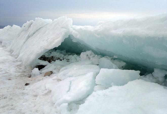 Лед на озере Байкал, зима